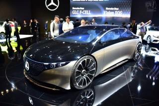 """日本に上陸した未来の最高級車メルセデス EQSは数千個のLEDで""""会話""""する"""