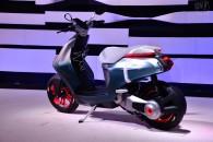 これが近い将来の原チャリ、ヤマハ E02は着脱式のバッテリー搭載で気軽さが売り
