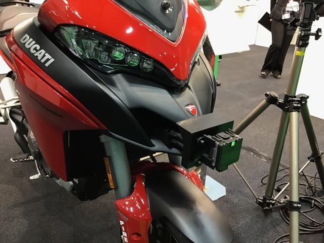 ボッシュが日本初公開、オートバイ用の先進運転支援システムは前後にミリ波レーダーを置く