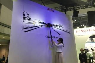 レクサスRXが採用する世界初のヘッドライト技術ブレードスキャンの原理がわかるコイトの展示